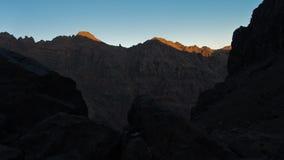 Picchi di montagna di alte montagne di atlante ad alba nel parco nazionale di Toubkal, Marocco Fotografia Stock