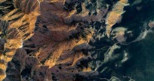 Picchi di montagna approssimativi, pianura morbidamente curva, un paesaggio minimalista Immagine Stock
