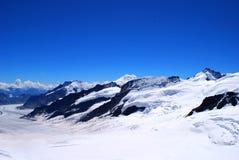 Picchi di montagna attraverso la neve Immagini Stock Libere da Diritti
