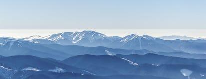 Picchi di montagna blu Fotografia Stock