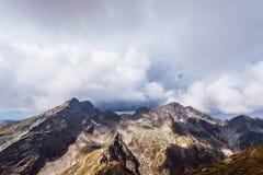 Picchi di montagna che bagnano nel sole di estate immagine stock