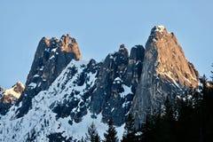 Picchi di montagna con neve Immagini Stock