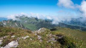 Picchi di montagna con un cielo blu e le nuvole in Svizzera Fotografie Stock Libere da Diritti