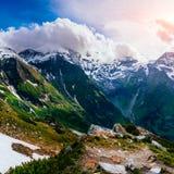 Picchi di montagna coperti di neve Immagini Stock