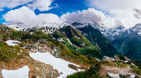 Picchi di montagna coperti di neve Fotografia Stock
