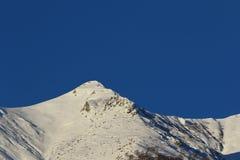 Picchi di montagna coperti in neve Immagini Stock