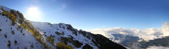 Picchi di montagna del Caucaso fotografie stock