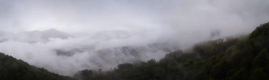 Picchi di montagna del Caucaso fotografia stock
