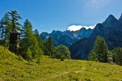 Picchi di montagna delle alpi slovene alla mattina soleggiata vicino al passo di montagna di Vrsic nel parco nazionale di Triglav Immagini Stock