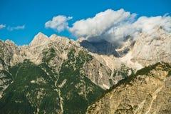 Picchi di montagna delle alpi slovene alla sera vicino al passo di montagna di Vrsic nel parco nazionale di Triglav Fotografie Stock