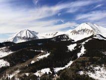Picchi di montagna dello Snowy Immagine Stock