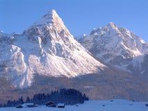 Picchi di montagna dello Snowy Fotografie Stock