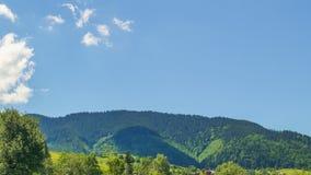 Picchi di montagna e cielo nuvoloso Timelapse stock footage
