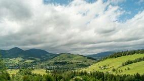 Picchi di montagna e cielo nuvoloso Timelapse archivi video