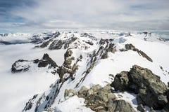 Picchi di montagna e creste snowcapped nelle alpi Immagini Stock