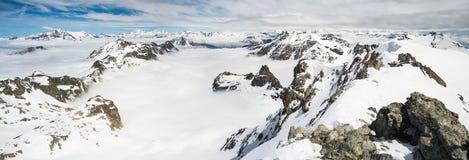 Picchi di montagna e creste snowcapped nelle alpi Fotografie Stock Libere da Diritti