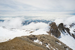 Picchi di montagna e creste snowcapped nelle alpi Fotografia Stock
