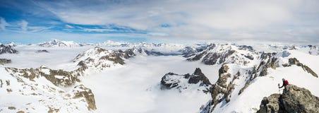 Picchi di montagna e creste snowcapped nelle alpi Immagine Stock
