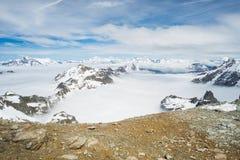Picchi di montagna e creste snowcapped nelle alpi Immagine Stock Libera da Diritti