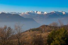 Picchi di montagna e creste snowcapped nelle alpi Fotografia Stock Libera da Diritti