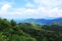 Picchi di montagna in foschia Fotografia Stock