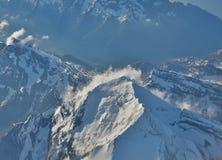 Picchi di montagna innevati Immagini Stock Libere da Diritti