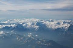 Picchi di montagna innevati Fotografia Stock