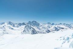 Picchi di montagna innevati di inverno in Caucaso Grande posto per gli sport invernali immagini stock