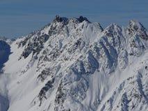 Picchi di montagna innevati di inverno in Europa Grande posto per gli sport Immagine Stock Libera da Diritti
