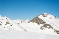 Picchi di montagna maestosi nell'inverno nelle alpi Immagine Stock