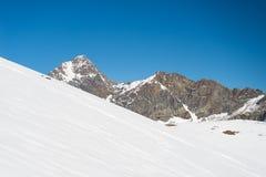 Picchi di montagna maestosi nell'inverno nelle alpi Fotografia Stock