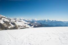 Picchi di montagna maestosi nell'inverno nelle alpi Immagini Stock