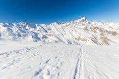 Picchi di montagna maestosi nell'inverno nelle alpi Fotografie Stock