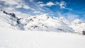Picchi di montagna maestosi nelle alpi Immagini Stock