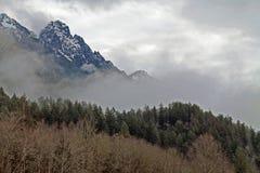 Picchi di montagna nebbiosi della cascata Fotografia Stock