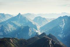 Picchi di montagna nella mattina nebbiosa Fotografie Stock