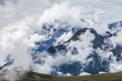 Picchi di montagna nelle nuvole Immagini Stock