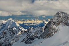 Picchi di montagna ricoperti neve drammatica nel tedesco  Fotografia Stock