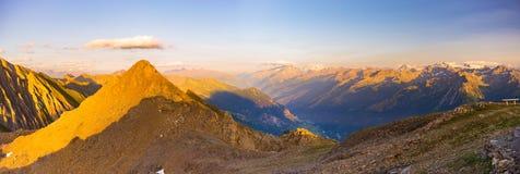 Picchi di montagna rocciosa, creste e valli, le alpi al tramonto Paesaggio estremo del terreno ad elevata altitudine nel ` Aosta  Fotografie Stock