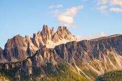 Picchi di montagna rocciosa di Croda da Lago nelle dolomia Immagini Stock Libere da Diritti