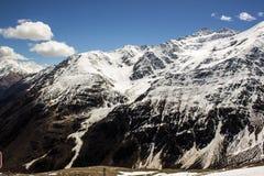 Picchi di montagna scuri innevati con il ghiacciaio Fotografie Stock Libere da Diritti