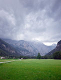 Picchi di montagna sloveni grandangolari e valle verde fotografia stock libera da diritti