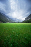 Picchi di montagna sloveni grandangolari estremi e valle verde fotografia stock