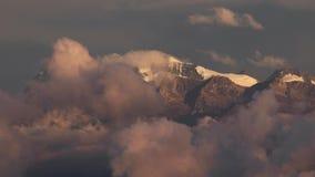 Picchi di montagna sopra il timeplase commovente delle nuvole video d archivio