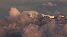 Picchi di montagna sopra le nuvole commoventi stock footage