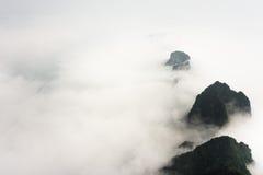 Picchi di montagna sopra le nuvole nel parco nazionale della montagna di Tianmen, Zhangjiajie, Cina Fotografie Stock Libere da Diritti