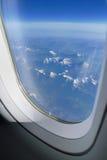 Alpi dalla finestra degli aerei Immagini Stock Libere da Diritti