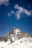 Picchi di Snowy di una montagna Immagini Stock