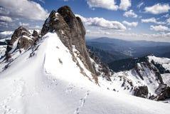 Picchi di Snowy di una montagna nell'inverno Fotografia Stock Libera da Diritti