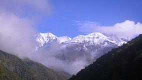 Picchi di Snowy e nuvole commoventi 4K archivi video